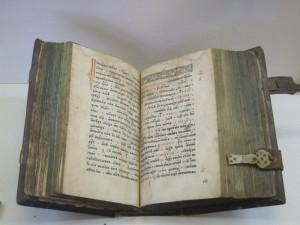 старинная пергаментная книга